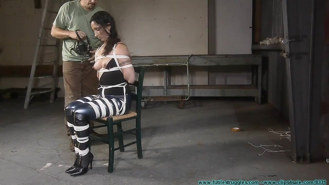 Flexible bitch in tight ropes